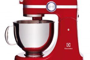 Kuchyňský robot Electrolux EKM 4000 Assistent, celokovové tělo svýkonným 1000W motorem, 2 mísy znerezové oceli oobjemu 4,8 l a2,9 l, 3 nástavce na hnětení, míchání ašlehání, modře podsvícený regulátor rychlosti – nastavení v10 stupních, 8 999 Kč.