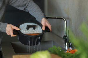 Hrnec spokličkou Fiskars HardFace je určen pro náročné kuchařské úkony. Má odolnou Hardtec Superior vrstvu, která je nepřilnavá azajišťuje snadné vaření iúdržbu. Hrnec má po stranách praktické vestavěné díry na vylévání vody ve dvou různých velikostech. Bakelitová držadla zůstávají studená, ikdyž je hrnec horký. Hrnec je možné zakoupit ve dvou variantách – oobjemu 3,5 l a5 l. Doporučená cena je 2 440 Kč.