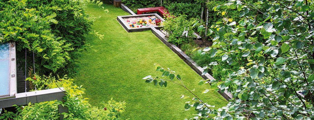 Minimalistická zahrada s červeným akcentem