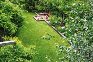 """Současnou podobu nabyla zahrada za dva roky. """"Je to idíky tomu, že jsme vysazovali už velké stromy, které vytvářejí kostru prostoru. Také jsme použili trvalky ahlavně trávy, které se rychle rozrostou,"""" přibližuje zahradní architekt. FOTO ATELIER FLERA"""