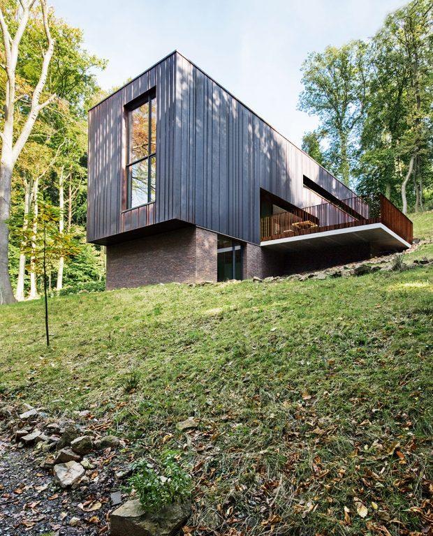 Budova je strukturovaná kolmo ke svahu afyzikálně iopticky zasazená do terénu. Fasádní panely změdi charakterizuje přirozená matně hnědá patina.