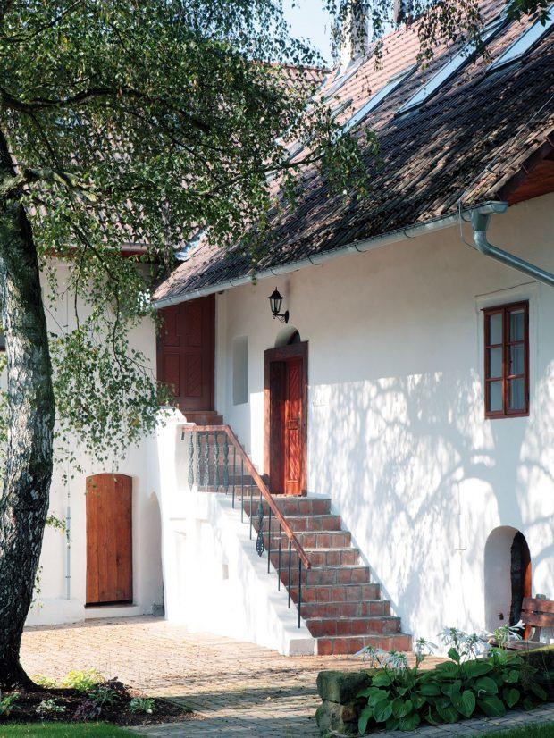 Do domu se vchází zboku, po kamenném schodišti, což je pro tento druh stavby typické. Vstupní dveře bylo ale nutné vyměnit za odolnější, na míru vyrobené ztvrdého tropického dřeva Meranti. Původní jsou ovšem všechny dřevěné okenní rámy. foto Robert Žákovič