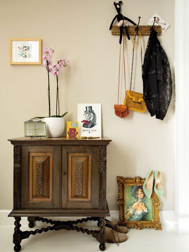 Téměř stoletá starožitná skříň, která stojí vchodbě, původně patřila Odettině babičce. Foto Femque Schook pro Westwing Home and Living