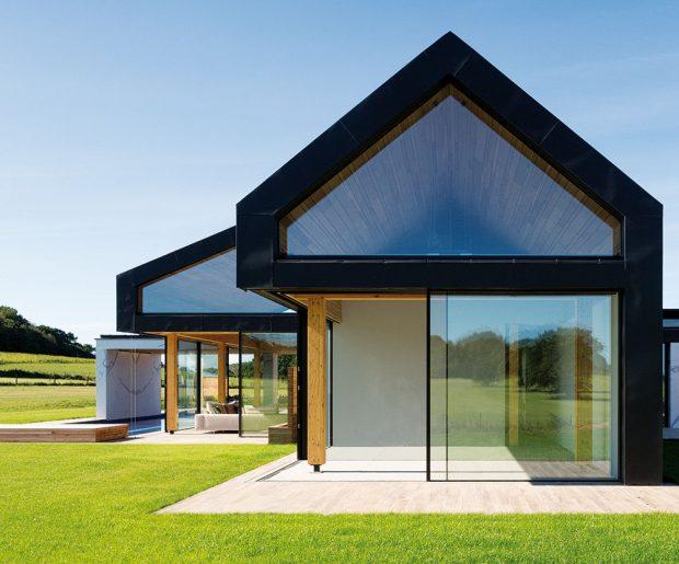 Budovy ostrých geometrických tvarů jsou prostoupeny velikými skleněnými tabulemi, zasazenými do černých ocelových rámů. FOTO DIRK LINDNER PRO KETTAL