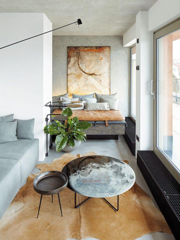Stěny vobývací části jsou pokryté speciální patinovou výmalbou. Všechny prvky na sebe barevně imateriálově navazují. Hovězí kůže, gauč skoženou žíněnkou, obraz ikonferenční stolek značky Diesel. foto Jakub Skokan a Martin Tůma z BoysPlayNice