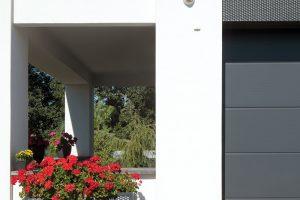 Detail použitých materiálů na fasádě. Příjezdovou cestu do domu tvoří žulová mozaiková dlažba. FOTO ROBERT ŽÁKOVIČ