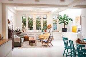 Vjedné společné místnosti se nachází kuchyň iobývací kout. Roztomilé schůdky vedou na malou terasu. FOTO Westwing Home & Living