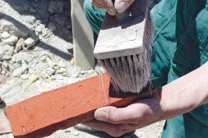 2. Oprášit pásky Rub pásku očistíme od prachu suchým štětcem nebo kartáčem. Připravíme si přiměřené množství očištěných pásků. Vybíráme je střídavě zetří až čtyř krabic. FOTO WIENERBERGER