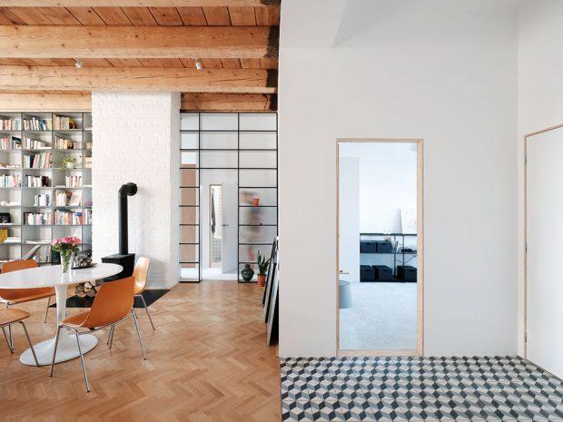 Vstupní hala je součástí denního prostoru, její hranice naznačuje jen dlažba. Vchází se zní do malé ložnice akoupelny pro hosty. Foto Peter Jurkovič