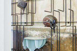 Konzolový typový stolek vchodbě pochází zdílny francouzských designérů Ibride. Do bytu lze přijet výtahem atoto pštrosí torzo je prvním výrazným prvkem, který spatříte, když se otevřou dveře. foto Jakub Skokan a Martin Tůma z BoysPlayNice