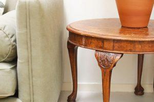 """Majitel se nebál doplnit """"retro"""" prostor starožitným kusem nábytku – odkládacím stolkem. FOTO Westwing Home & Living"""