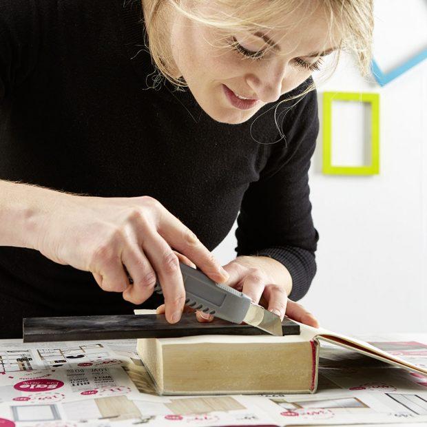 3. NÁKRES Na otevřených stránkách knihy si nakreslíme obdélník nebo čtverec. Foto: Möbelix