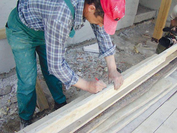 3. Rozměřovací latě Snaznačenou výškou mezer (12 až 15 mm) apásků je přibijeme za roh obkládané stěny. Výšku jednotlivých řad nám určuje lať avodováha. FOTO WIENERBERGER