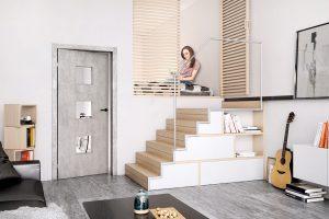 Dveře Domino 63 sreverzním otevíráním vbetonovém dekoru Timber sprosklením azárubní Obtus. Interiéru dodávají primární hrubost aindustriální nádech. Foto Sapeli