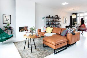 Obývací pokoj, do kterého se netradičně vchází po schodech, je světlý avelký. Je vněm dostatek slunce, které rozjasňuje všechny barvy. Foto Femque Schook pro Westwing Home and Living