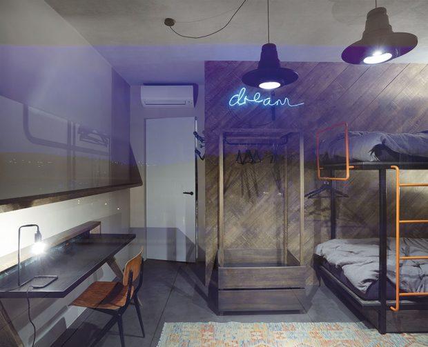Stěnu dětského pokoje kryje obklad zmasivních starých prken, který je doplněn kontrastním neonovým nápisem. foto Jakub Skokan a Martin Tůma z BoysPlayNice