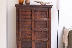 Masivní dřevěná skříňka působí ještě starším dojmem, vypadá, jako by pocházela ze středověku. FOTO Westwing Home & Living
