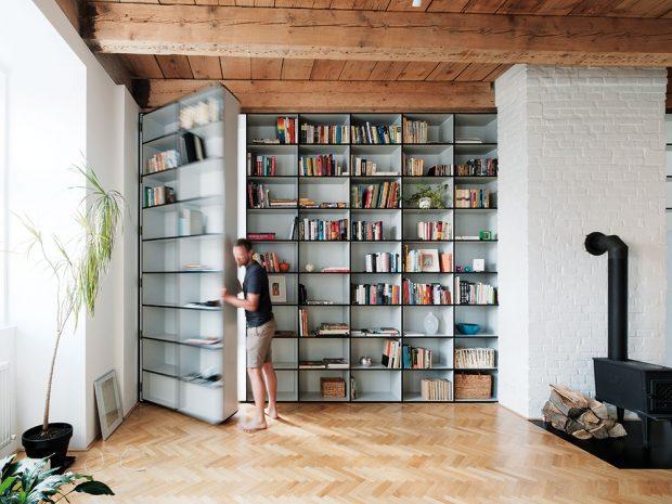 """""""Tajné dveře"""" vknihovně jsou architektovým splněným dětským snem. """"Měl jsem znich radost, ikdyž nejsou vmém bytě,"""" říká architekt. Foto Peter Jurkovič"""
