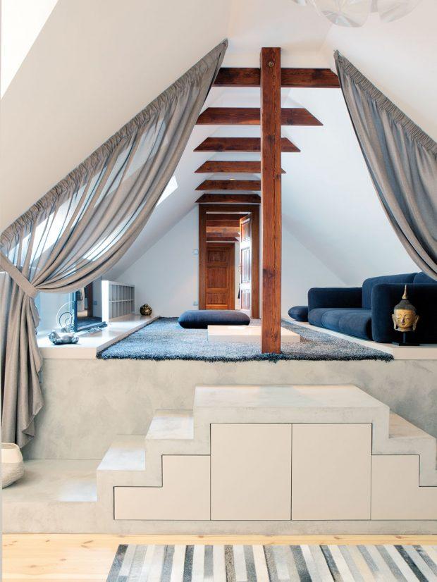 Vhorním patře vznikl speciální odpočinkový prostor, tzv. lounge místnost. Nízká tmavá sedačka byla do zkoseného interiéru vyrobena na míru. foto Robert Žákovič