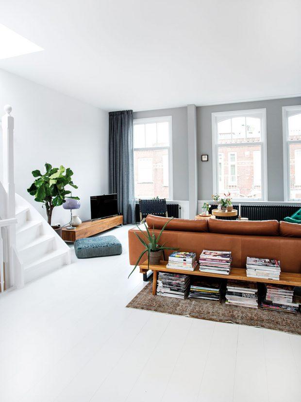 Pohovka je umístěna uprostřed obývacího pokoje, takže je kolem ní dostatek místa. Je zní také krásně vidět na celý pokoj. Foto Femque Schook pro Westwing Home and Living