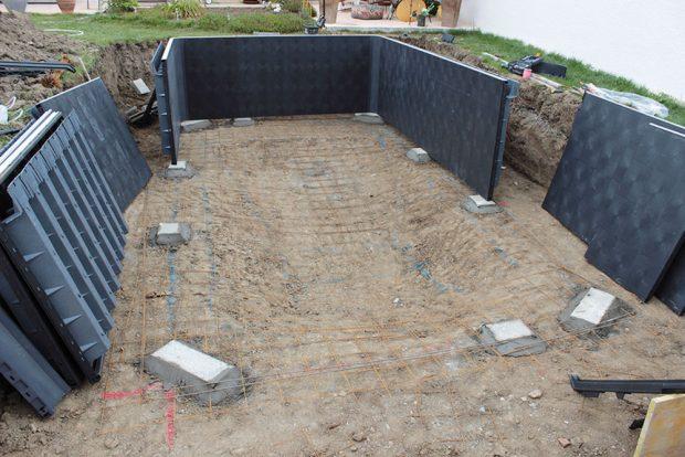 Sestavení konstrukce bazénu z dílů ztraceného bednění.