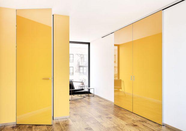 Konstrukci otočných aposuvných dveří Master tvoří obvodový hliníkový profil avnitřní hliníkové příčky. Obvodový rám dveří může být ze standardního eloxovaného hliníku nebo vpovrchové úpravě jakékoli barvy podle vzorníku RAL. Konstrukce svnitřní výztuží umožňuje iatypické výšky až do 3,7 m. Foto J.A.P.
