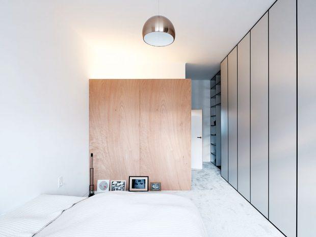 """""""Ve druhém plánu"""" – za obývacím pokojem je kromě ložnice ikoupelna aprostorná šatna, která slouží zároveň jako pracovna. Knihovna ukazuje vložnici svou druhou, skříňovou tvář. Foto Peter Jurkovič"""