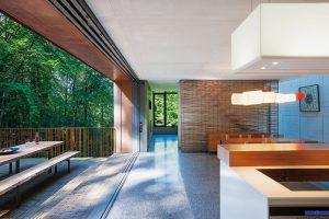 Malý les přenesl architekt také do vnitřních prostor. Příkladem je zástěna z přírodních materiálů u schodů.