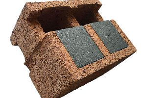 Dřevo abeton. Při stavbě nízkoenergetických domů lze využít imateriál Durisol. Jeho základem je dřevěná, smrková nebo jedlová štěpka, přidáním portlandského cementu avody vzniká štěpkocement – utohoto výrobního procesu nevznikají žádné škodlivé látky. Durisolové tvarovky se ukládají na sebe nasucho avytvářejí tzv. ztracené bednění, přičemž výplňový beton je prováže azároveň zabezpečí statiku celé konstrukce. Za den je možné postavit až jedno podlaží domu. Systém má vynikající tepelněizolační azvukověizolační vlastnosti adíky masivnímu betonovému jádru dokáže výborně akumulovat teplo. FOTO DURISOL