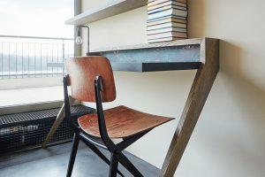 Vpokoji jsou dva minimalistické psací stoly. Architektka knim přidala jednoduché dřevěné židle Marko chairs. foto Jakub Skokan a Martin Tůma z BoysPlayNice