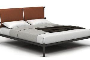 Designér Gordon Guillaumier popsal svůj výtvor – postel Jetty – jako lehké molo, posazené na hladině vody. Kožené čalouněné čelo postele mi ale připomíná inapnuté plachty lodi, což by mělo logicky znamenat, že se na posteli bude spát, jako když vás do vody hodí. Foto Alf DaFre