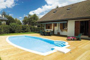 Oválný bazén o rozměrech 8 x 4 m vybavený románským schodištěm, filtrační jednotkou bez potrubních rozvodů a speciální obrubní dlažbou. FOTO BAZÉNY DESJOYAUX