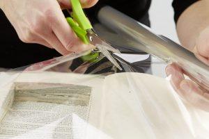 6. VYMĚŘENÍ Podle vyřezaného otvoru v knize odstřihneme fólii. Foto: Möbelix