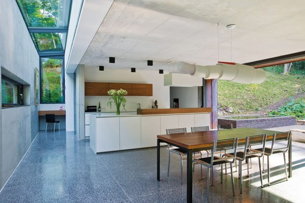 Zkuchyně, která je navržena ve světlých barvách, se vstupuje přímo na terasu.