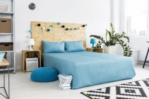 Čelo postele, vyrobené z OSB desky.