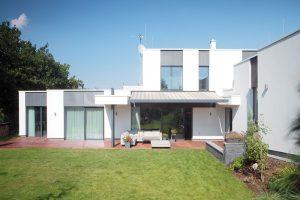 Dům je koncipovaný podél dvou stran pozemku, čímž architekt docílil většího souvislého kusu zahrady. FOTO ROBERT ŽÁKOVIČ