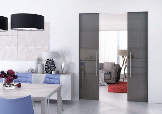 Posuvné dveře Master sbezobložkovým řešením pouzdra Aktive komfort jsou ideální pro minimalisticky řešené interiéry. Konstrukce pouzdra je skryta pod povrchovou dokončovací úpravu příčky – malbu či tapetu. Pouzdro je už zvýroby opatřeno tzv. adhezivním můstkem, aby malba na hliníkovém profilu dobře držela. Foto J.A.P.