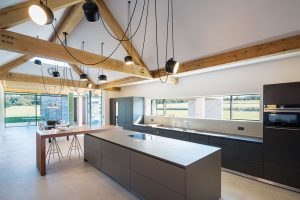 Střecha domu je různorodá, takže ivnitřní interiér půdních prostor apodkroví je krásně členitý ajedinečný. FOTO DIRK LINDNER PRO KETTAL