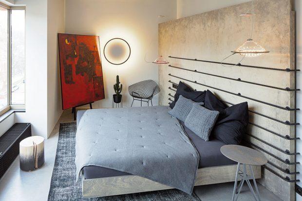 Na masivním čele postele zvoděvzdorné překližky jsou nepravidelně namontované ocelové roxory. foto Jakub Skokan a Martin Tůma z BoysPlayNice