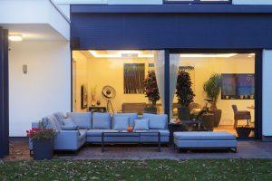 Okenní plochy zasklené trojskly jsou opatřeny reflexní vrstvou pro odraz slunečního záření. FOTO ROBERT ŽÁKOVIČ
