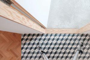 """Čisté detaily jsou typickým znakem práce architekta Jurkoviče. Překližkový """"práh-nepráh"""", který tvoří decentní přechod mezi dlažbou akobercem, mezi halou apokojem, patří kjeho oblíbeným. Foto Peter Jurkovič"""