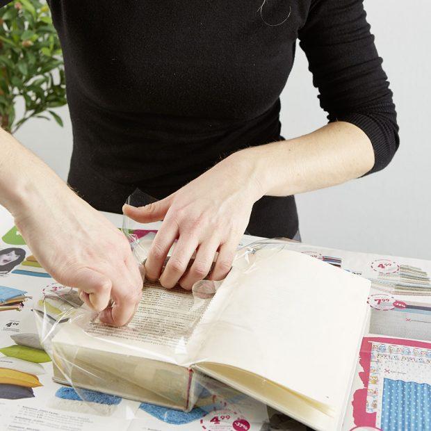 7. VYLOŽENÍ FÓLIÍ Otvor vyložíme fólií, aby nám kniha nenasákla, protože rostliny budou potřebovat občas vodu. Foto: Möbelix