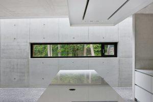 Zatímco exteriéru vévodí měď, dominantním prvkem interiéru je pohledový beton. foto Schüco