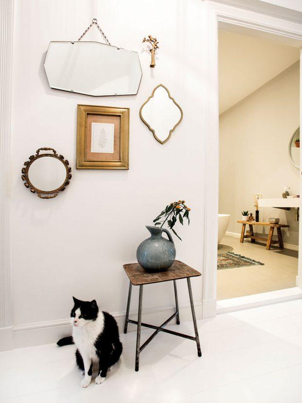 Jako vkaždém typicky holandském domě, itady majitele po návratu zpráce vítá jejich kocour Jaap. Foto Femque Schook pro Westwing Home and Living