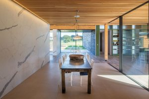 Uvnitř domu nalezneme iněkteré rustikální prvky, jako je například dřevěný jídelní stůl sežidlemi, které bychom právě na farmě čekali. FOTO DIRK LINDNER PRO KETTAL