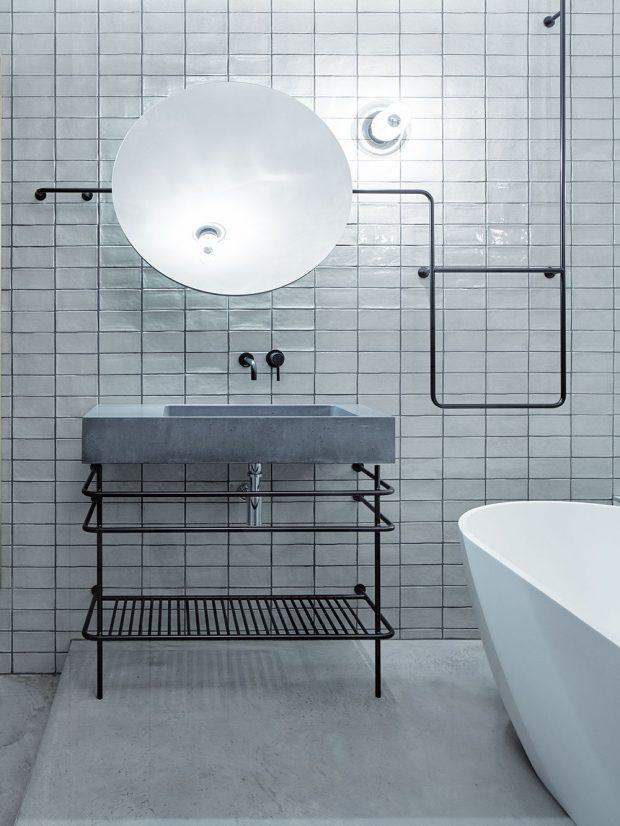 Industriální vzhled koupelny podtrhuje betonové umyvadlo Gravelli acementová stěrka na podlaze. foto Jakub Skokan a Martin Tůma z BoysPlayNice
