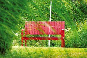 Barevný akcent můžete do zahrady poměrně snadno vnést výběrem zahradního nábytku. Do této minimalistické architekti navrhli červené lavičky, které ji vkusně dotvářejí. FOTO ATELIER FLERA