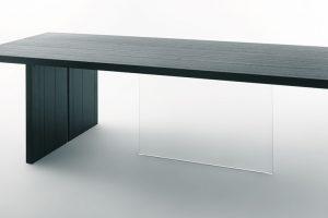 Novinkou značky Lago je stůl Vertigo, navržený Danielem Lago. Silná dřevěná deska, jakoby levitující ve vzduchu, působí dojmem, že se musí každou chvíli převážit adotknout se svým koncem země. Brání jí vtom ale tvrzené sklo, téměř neviditelné, průhledné. Tento materiál plní nezvyklou roli – roli opory – nohy stolu. Apokud se na obrázku pouze nezastavil čas, plní tuto roli bez problému, anavíc isgrácií. Foto Lago