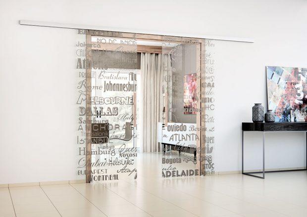 Dveře SAPGLASS jsou celoskleněné posuvné dveře do pouzdra Aktive, sbarevným digitálním tiskem různých tvarů, díky čemuž jsou výraznějším prvkem interiéru. Foto Sapeli