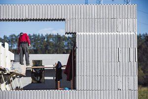 Ucelený stavební systém Variant-House umožňuje postavit dům svynikajícími tepelněizolačními vlastnostmi vrekordně krátké době. Jde osystém nenosného ztraceného bednění zdutých tvárnic ztepelněizolačního materiálu, které se po vyskládání zalijí betonem apo jeho zatvrdnutí slouží jako účinná tepelná izolace. Systémy ztraceného bednění mají své přednosti, jejich realizaci je však třeba nechat na stavební firmě. FOTO VARIANTHOUSE